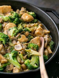 """De saus in deze groente-kip roerbakschotel is """"uitdagend,"""" waardoor het ideaal is voor het serveren bij witte rijst. Het is veel gezonder dan een afhaalgerecht en je kunt de beste en zelfs biologische ingrediënten gebruiken. Dit gerecht kan je prima je gezin voorzetten, omdat het vol zit met groente en het is gemaakt met echte kip in plaats van de """"geheimzinnige kip"""" uit een afhaalgerecht. Het recept zag ik op Tasty. Ingrediënten 1 pond kipfilet, in blokjes Zout, naar sm..."""