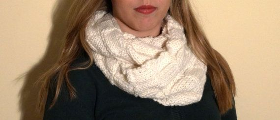 Wool white scarf, perfect for winter time. Cozy and warm. on Etsy, € 20,00
