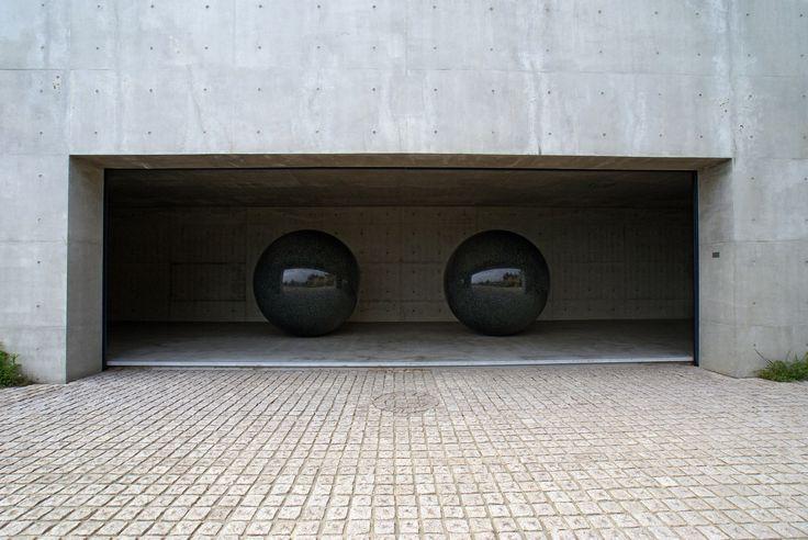 Referentes esenciales del mundo del arte para la formación de cualquier arquitecto,Walter De Maria. Seen/Unseen Known/Unknown. Por 663highland [CC-BY-SA-3.0 o CC BY 2.5]. Image vía Wikimedia Commons