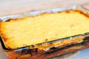 Lasagne van aubergine is een bijzonder lekker en voedzaam gerecht. De traditionele lasagne bladen worden vervangen door in de pan gebakken plakken aubergine