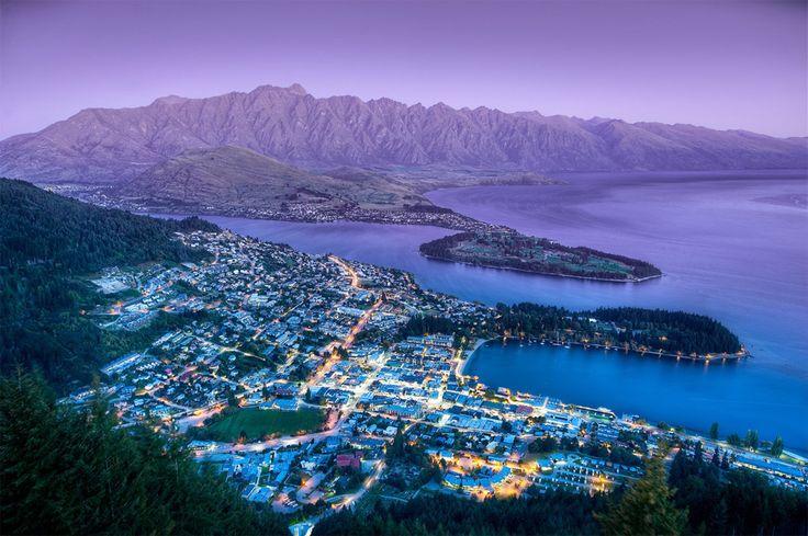 A View On Queenstown, New Zealand. Impresionante, qué contraste entre el verdor del primer plano y la imposible aridez de las montañas del fondo