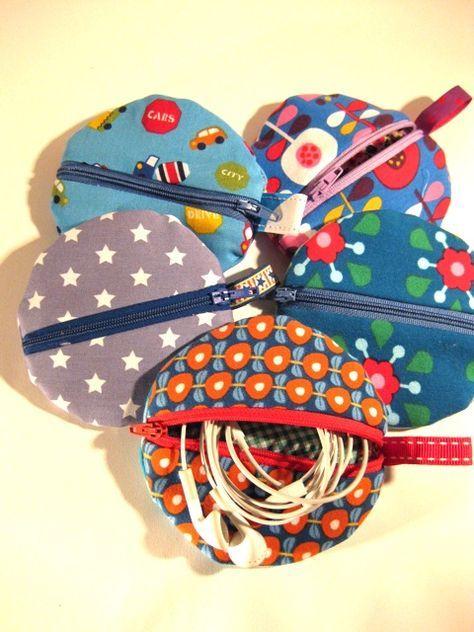 Heute ist eine kleine Serie dieser äußerst praktischen handlichen Täschchen entstanden. Geeignet sowohl für Kopfhörer , Schnuller oder a...
