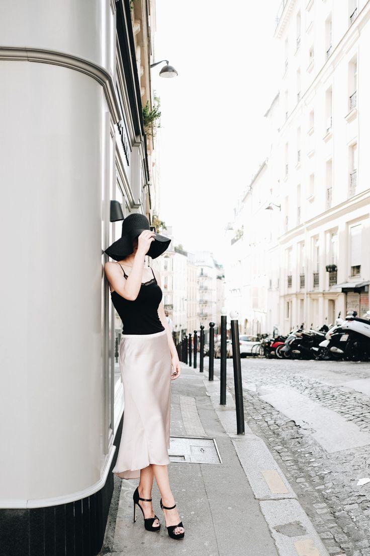 A glamours look with satin and a wide-brimmed hat / Um look glamoroso com cetim e um chapéu de abas largas.