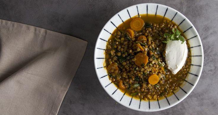 Φακές με κάρυ και λαχανικά από τον Άκη Πετρετζίκη. Υγιεινή,γρήγορη και εύκολη χορτοφαγική συνταγή. Μπορείτε να την βρείτε στο akispetretzikis.com