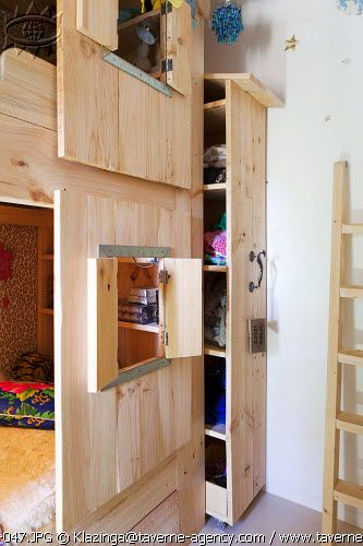 Fun kids room / bunk beds - built in storage