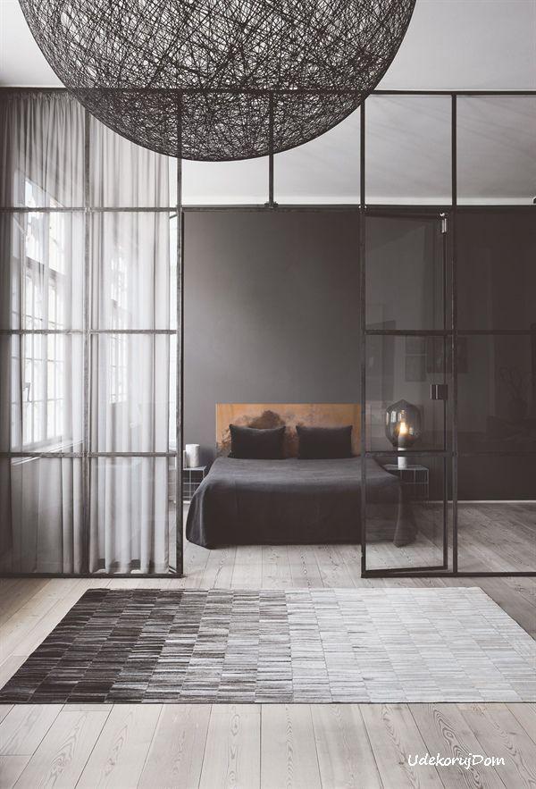 Szary dywan ombre ze wzorem mozaiki.