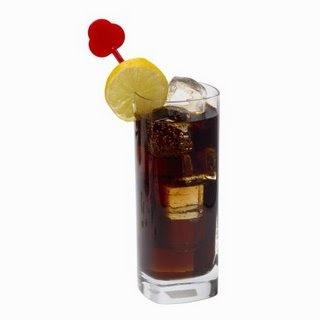 Preparación:Una vez que cuentes con estos ingredientes podremos comenzar con la preparación de Cuba Libre siguiendo las siguientes instrucciones:  Poner en un vaso largo con hielo la rodaja de limón y el ron. Completar con la bebida Cola.