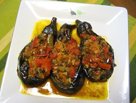 Un piatto famosissimo della cucina turca, ovvero delle melanzane ripiene di pomodori, polpa di melanzane aromatizzata con cannella e cotte in forno.