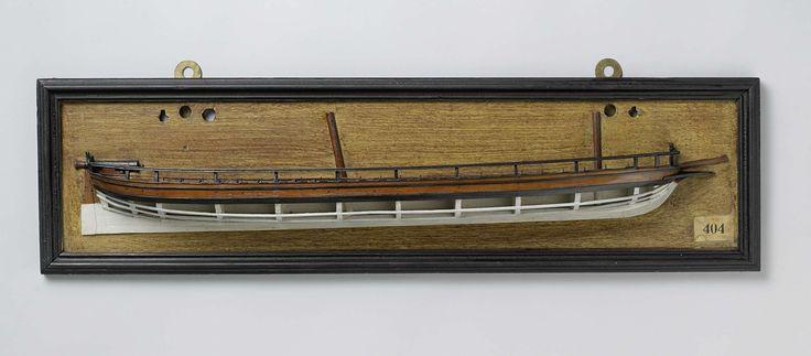 Anonymous | Halfmodel van een kanonneerschoener van 2 of 3 stukken, Anonymous, 1803 | Mallenmodel (stuurboord) van een tweemaster. De huid boven het barkhout is gesloten, het model heeft een reling. De scheg is laag, naast de boegspriet en fokkemast is ruimte voor een kanon in de boeg (één aan iedere zijde). Het dek is gesloten en midscheeps voorzien van een verhoging met luiken; vier en twintig roeibanken (nu incompleet), op het dolboord vier en twintig roeidollen; op het achterdek is een…
