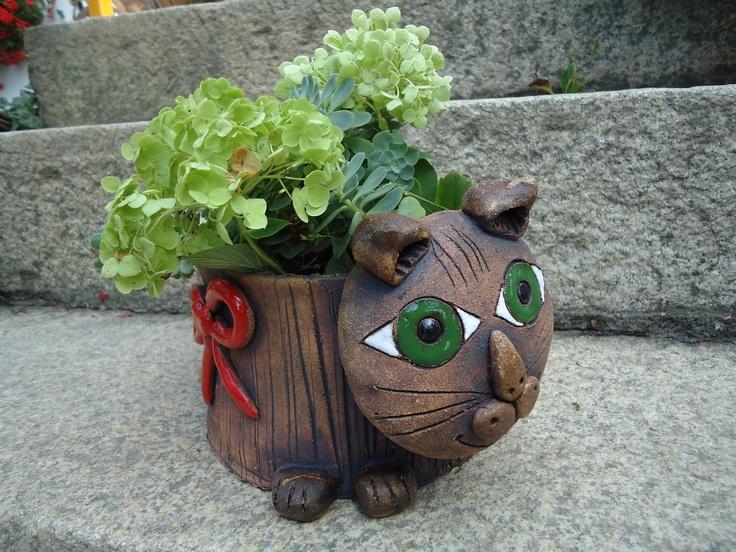 květináč kočka Výrobek je ze šamotové hlíny, ručně modelovaný, pálený na 1 160°C, detaily jsou barevně glazovány, vhodný pro vnitřní i venkovní prostory. Rozměry 26krát17cm, výška 11cm.