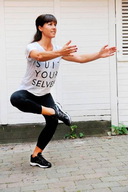 Enbensböj Gört: Lägg vikten på ett ben och lägg den andra foten på motsatt knä. Om det inte känns bekvämt kan du bara hålla benet utsträckt framför dig. Böj på det stödjande benet och sjunk ned med rak rygg. Pressa upp till startposition och upprepa i 45–60 sekunder på ena benet och byt sedan. Tänk på att spänna magen och hålla ryg