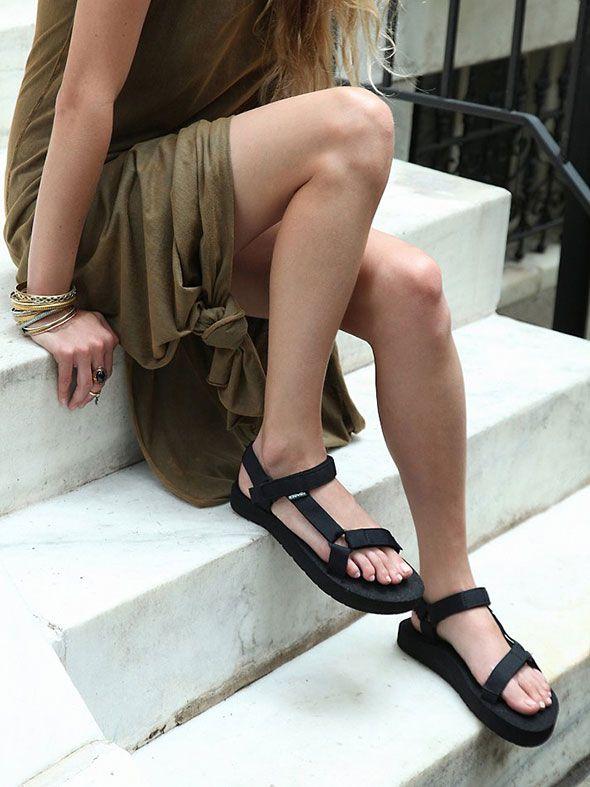 WEL OF NIET DOEN: TEVA-SANDALEN ● Ze zijn weer in, de Teva-sandalen.  Ooit werden ze alleen gedragen door avontuurlijke backpackers.  Nu denk je bij deze comfortabele sandalen aan een zuurpruim van een 'middle aged woman', zo'n type met een fantasieloos kort kapseltje, afritsbroek en fleece trui, dat samen met haar identiek uitziende boezemvriendin… Lees meer >> http://hallosunny.blogspot.nl/2015/04/teva-sandalen.html