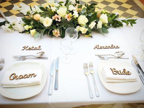 Hai il tuo piani di tavolo di nozze pronti, che ora è necessario informare gli ospiti dove possono sedersi.  Quale modo migliore di toponomastica di stoviglie o tovaglioli - il perfetto personalizzati tocco!   I nostri nomi in legno sono fatti di rovere finito legno e misura al massimo 15cm di lunghezza - altezza - 4cm circa  Ogni nome è .99p - basta aggiungere la quantità nel carrello.   Una volta che si effettua lordine - fornire un elenco a noi di messaggio al venditore noi faremo il…