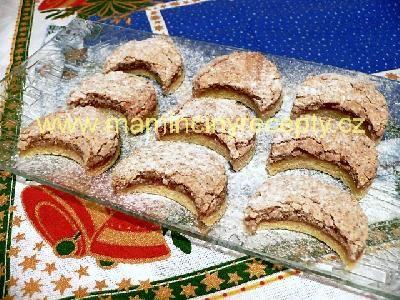 Ořechové měsíčky těsto: 330 g hladké mouky, 100 g moučkového cukru, 160 g hery, 3 žloutky, citronová kůra náplň: 3 bílky, špetka soli, 160 g moučkového cukru, 210 g mletých vlašských ořechů dále: rybízová marmeláda vykrajovátko kruh - není odpad