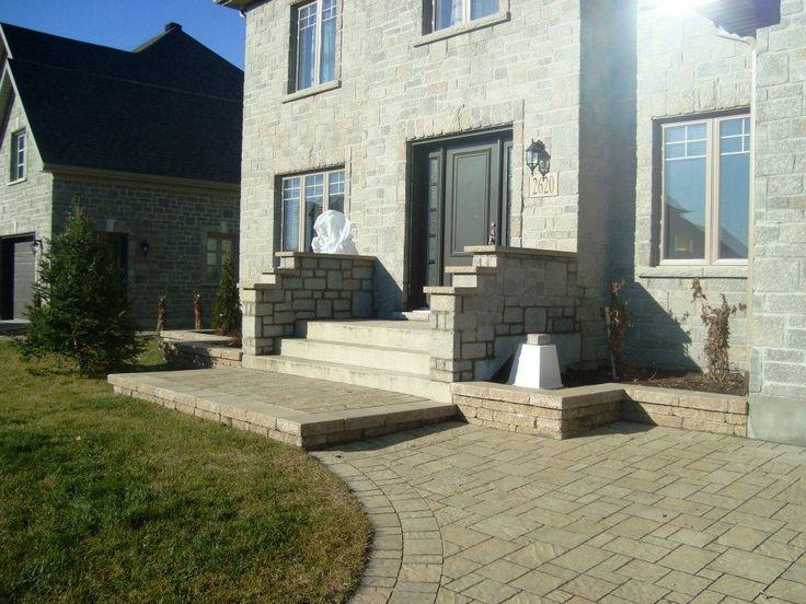 Cour et escaliers de maison en pav uni pavage pour cour for Terrassement entree maison