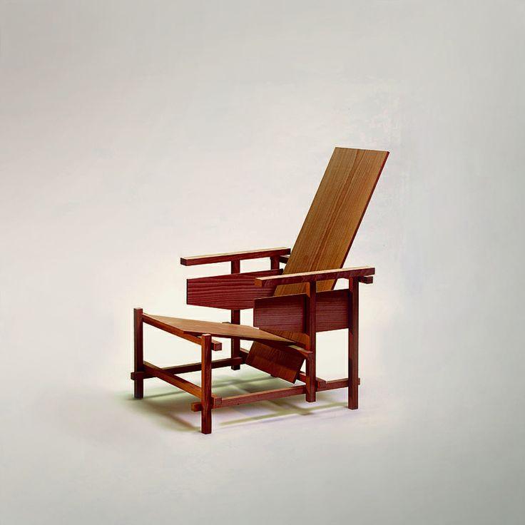 5 + 1 Tijdloze top designstoelen - Rood-blauwe stoel – Gerrit Rietveld (1918-1923): #Prototype van de Rood-blauwe #stoel. Deze had een asymmetrische vorm en bestond uit slechts een aantal #houten #onderdelen. Hierdoor was de stoel eenvoudig (machinaal) te produceren en werd deze geschikt voor een groot publiek.