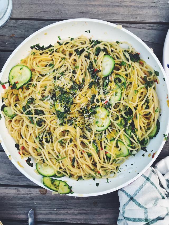 Zucchinispagetti Med Chili Och Vitlok Vitlok Zucchini Matlagning