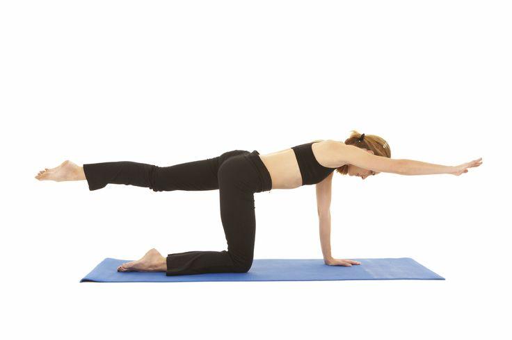 Last van je rug? Dankzijdeze spierversterkende oefeningen zal jeminder snel en hevig pijn lijden. Door je zogenaamde spierkorset op te bouwen krijgen je wervels en tussenwervelschijven immers de nodige ondersteuning bij dagelijkse activiteiten. De brug maken Ga op je rug liggen en zet je voeten plat op de grond. Til je heupen op en span … Continued