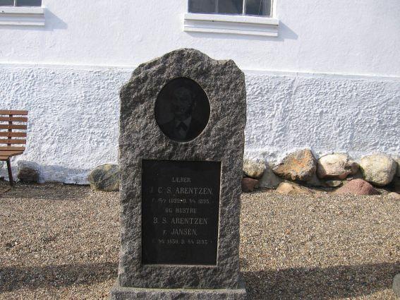 Billede af gravsten på Kalvehave Kirkegård