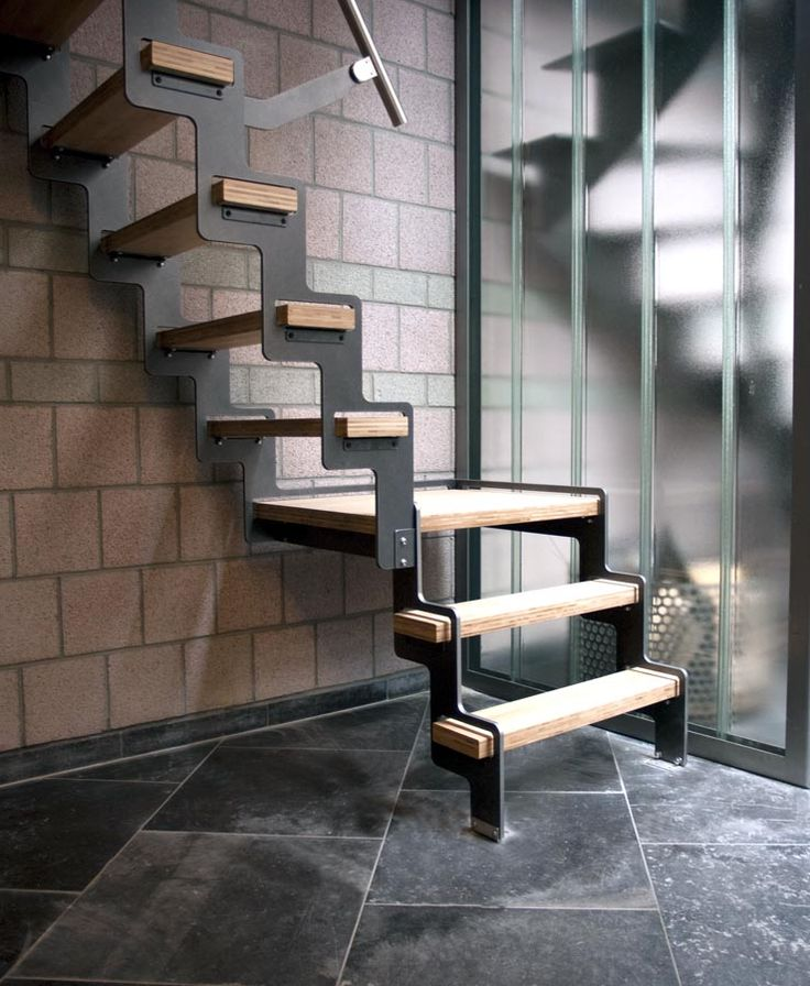 Petit escalier avec palier pour loft.