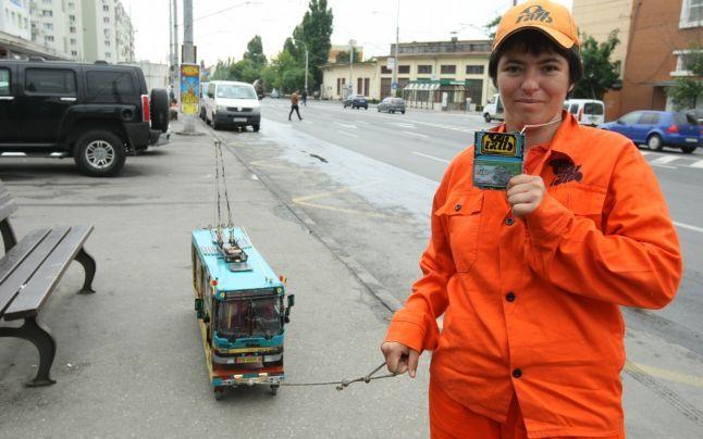 """Povestea femeii care s-a îndrăgostit de autobuze: """"Am făcut macheta unui troleibuz din resturile pe care le-am găsit"""""""