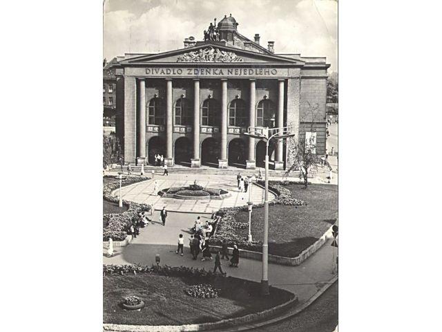 Stará pohlednice Ostravy - Divadlo Zdeňka Nejedlého. Ze kterého roku asi může být?