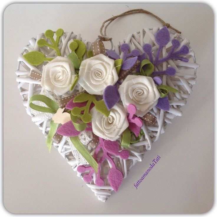 Cuore di vimini con rose di lino bianco