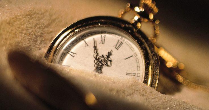 """Cómo arreglar un reloj empañado. Si cristal del reloj se empaña entre la esfera del reloj y la superficie interior del reloj, tienes dos problemas. La primera es la humedad que está presente dentro del reloj. Esto es un problema simple de remediar. La pregunta más urgente es: """"¿Cómo entró el agua en tu reloj en el primer lugar?"""" Después de eliminar el agua de tu reloj, debes ..."""