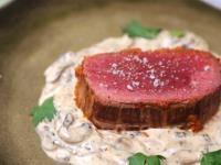 Rôti de boeuf au four, sauce aux champignons et pesto rouge