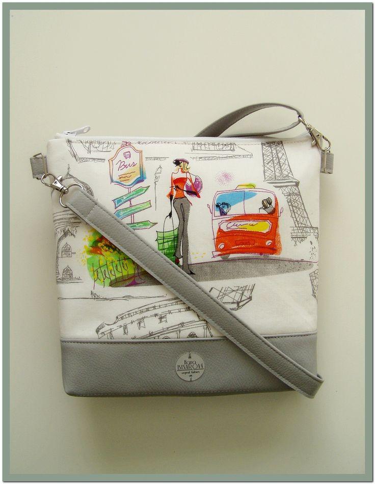 Kresba....+Elegantní+design+této+kabelky+je+daný+barevností+i+tvarem.+Kabelka+je+vyrobena+z+bavlněné+metráže,+doplněnékvalitní+koženkou.+Ucho+tašky+je+nastavitelné.+Vnitřní+prostor+je+vypodšívkovaný+a+doplněný+o+kapsy+na+potřebné+drobnosti.+Šířka27+cm,+výška24+cm.+Šířka+dna+je4+cm.+Materiál:+koženkaa+textilie.