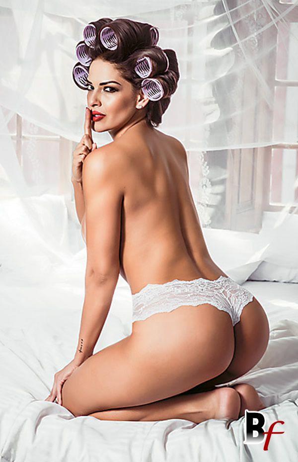 Nuelle Alves a Dona Candinha nua na revista Playboy de fevereiro, veja fotos da fofoqueira do programa Domingo Show da Rede Record.