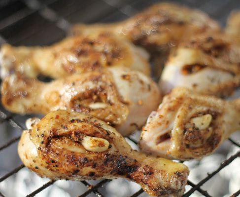 Jan Braai's garlic and peri peri chicken drumsticks http://www.eatout.co.za/recipe/jan-braais-garlic-and-peri-peri-chicken-drumsticks/