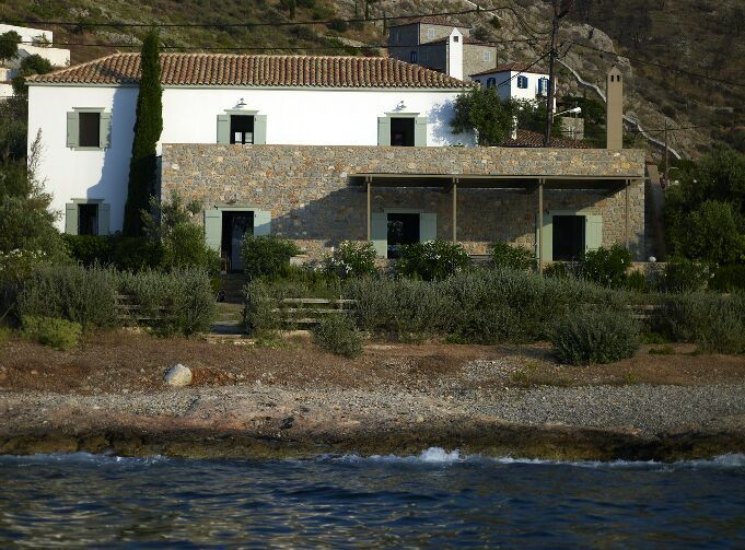 Vacation House by Zoumboulakis Architects in Hydra, Greece. Photo by Vangelis Paterakis. Greek island architecture.