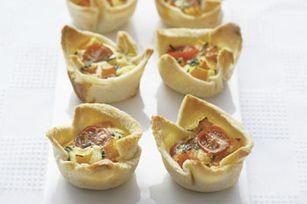 Élargissez votre répertoire de hors-d'œuvre avec ces mini-quiches: de petites bouchées faites de courge grillée, de tomates cerises et de ciboulette fraîche. Quel délice!
