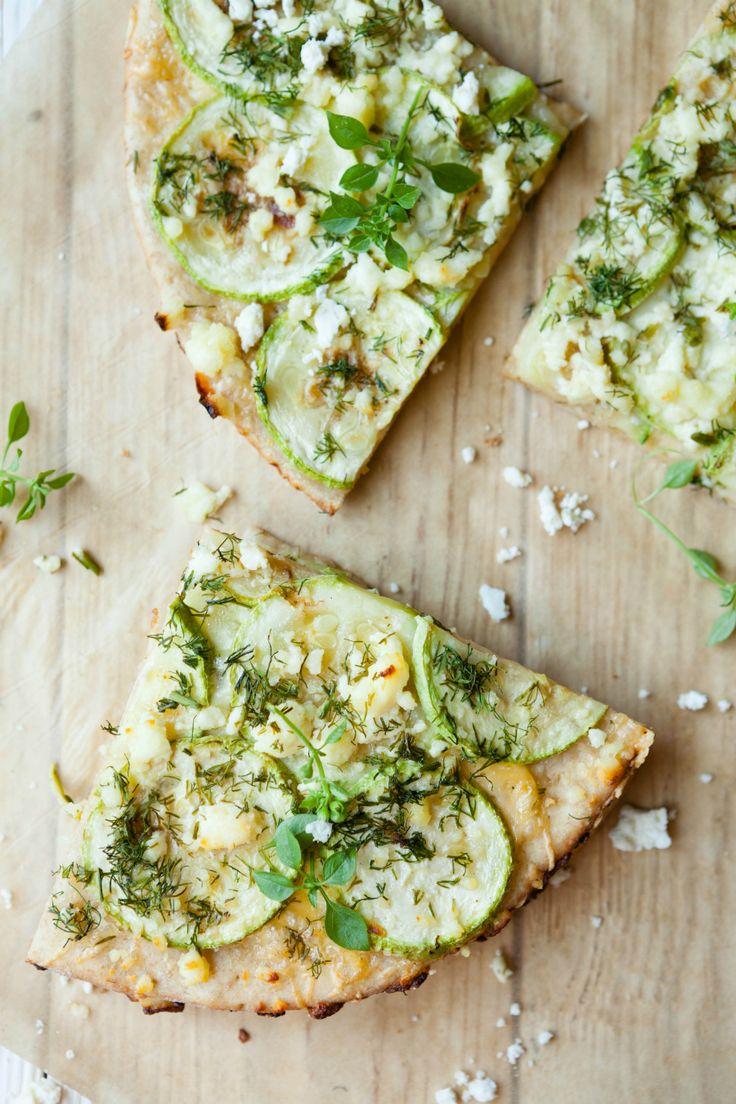 Pizza bianca (Italiaans voor 'witte pizza') is het broertje van de gewone pizza, maar dan met een basis van mascarpone in plaats van tomatensaus. Door het geb...
