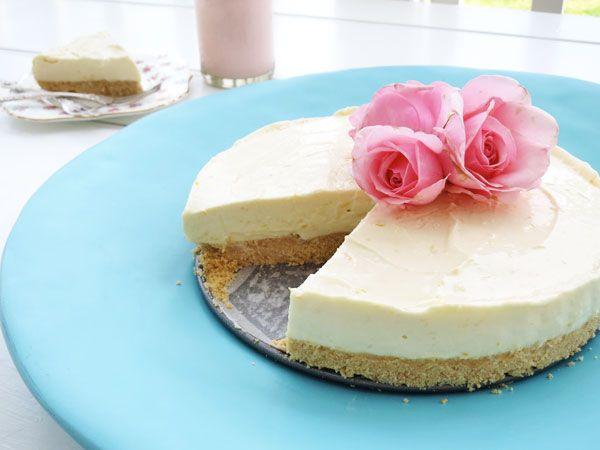 Υπέροχο cheesecake με τραγανή μπισκοτένια βάση και πλούσια στη γεύση γέμιση τυριού μεζαχαρούχο γάλα και άρωμα λεμονιού. Μια απλή και πολύ εύκολη στη παρασ