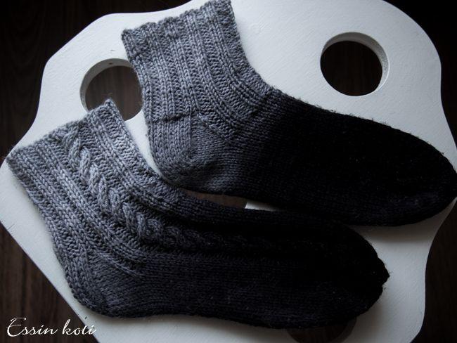Essin koti: Liukuvärjäyskokeiluja: Liukuvärjätyt villasukat palmikolla // Black-grey ombre wool socks