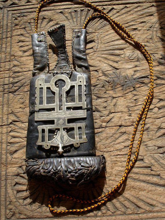 Niger aangetast hand gegraveerd Tuareg hanger aan lederen porte monnie tas portemonnee met stropdas