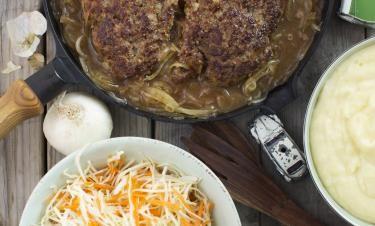 Bamsebiff med potatismos, skysås och morotssallad