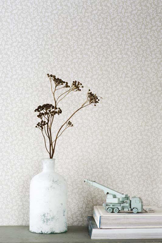 KARWEI   Behang in taupe met een verfijnde bloemenprint. #karwei #behang #print #dessin