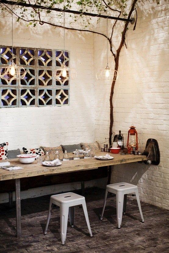 Ici un banc et une table collée au mur permettent d'optimiser l'espace pour inviter tous ses amis !