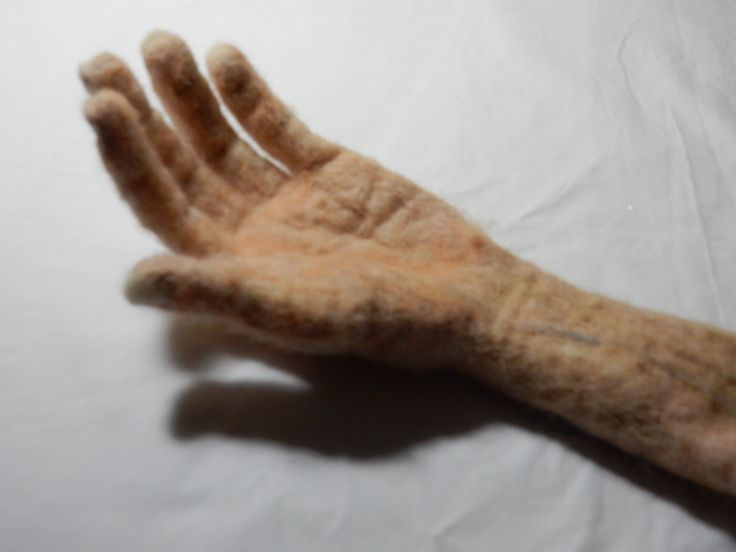 Naaldgevilte hand op ware grootte.  Needle felted hand -real size. Gea Andriessen. 7-10-15 facebook.com/degroeneuil