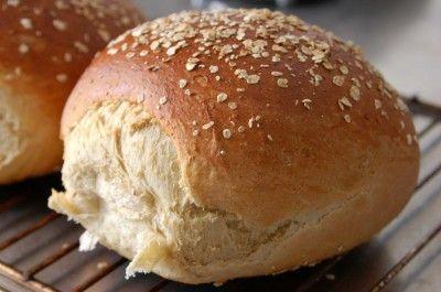 Havrebrødet er et yndlingsbrød her i hytten. I går aftes blev det bagt igen-igen, og jeg tænkte, at du kunne få glæde af opskriften. Selvom du måske har den i madbogen herfra. Så lad det bare være ...
