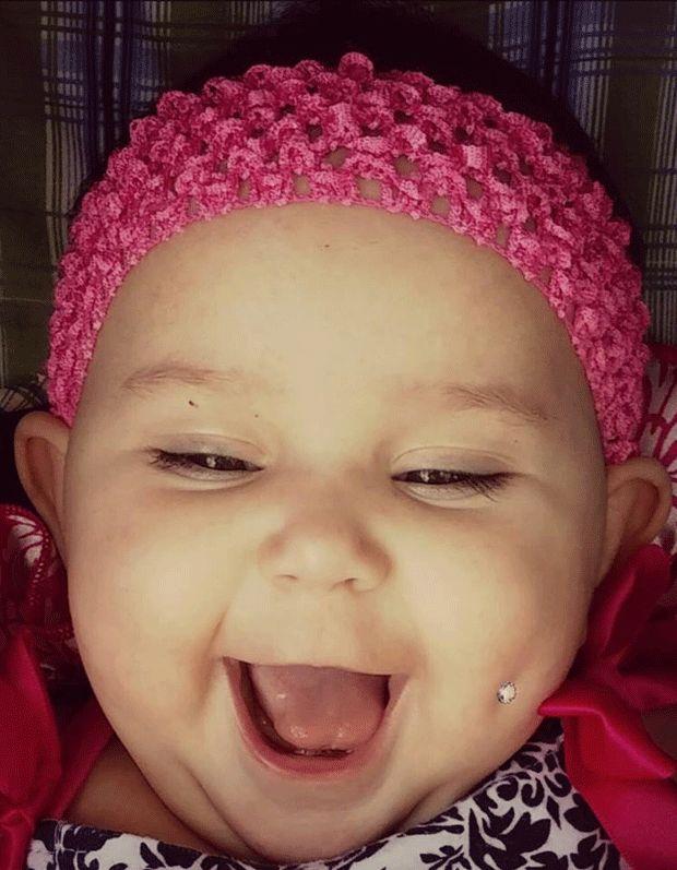 Mãe compartilha foto de bebê com piercing na bochecha e viraliza