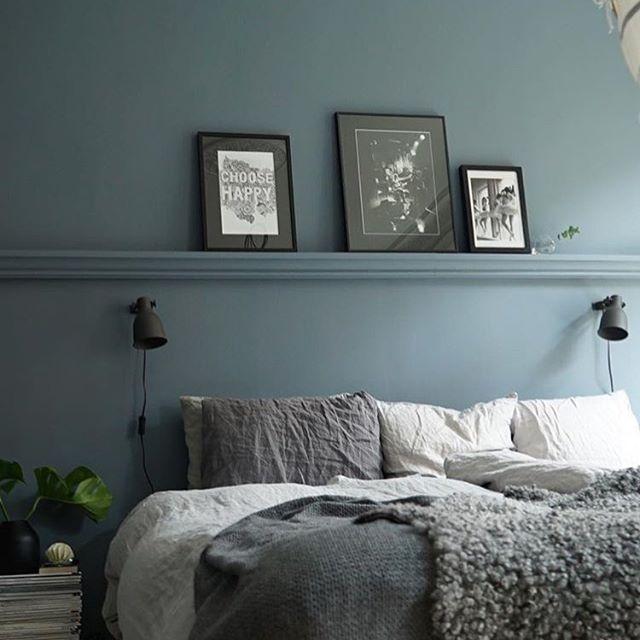 Sovrumsinspo! En jättefin fondvägg som sänggavel med inmålad tavellist i samma kulör. Färgkoden är NCS S 5010-R90B för alla peppade som tänker måla väggar i helgen! ✨Sovrummet finns hemma hos @culkner som har taggat #renoveringsdamm och är kvällens inspiratör! Ha en fortsatt mysig kväll! ⚒ ...Vet ni. Det är TOPPEN när ni anger beskrivningar, färgkoder, leverantörer och varumärken när ni taggar #renoveringsdamm. Sådana inlägg prioriteras då det ofta brukar komma frågor om detta.