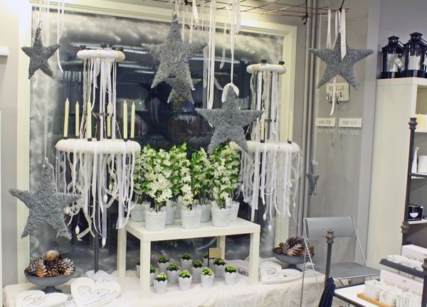 http://holmsundsblommor.blogspot.se/2011/11/julskyltning-i-vintervitt.html Julskyltning