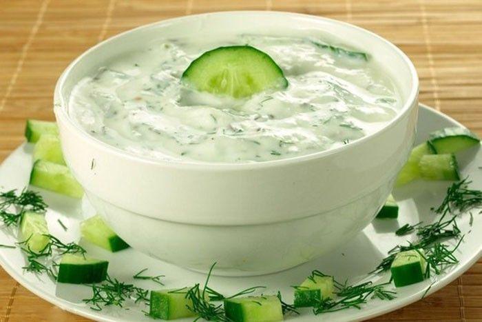 Chutný dressing k letním salátům nebo ke grilovanému masu. Okurka, česnek, bílý jogurt, olivový olej, ...