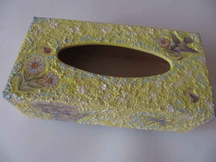 Caja de madera para pañuelos pintada y decorada con pegatinas.