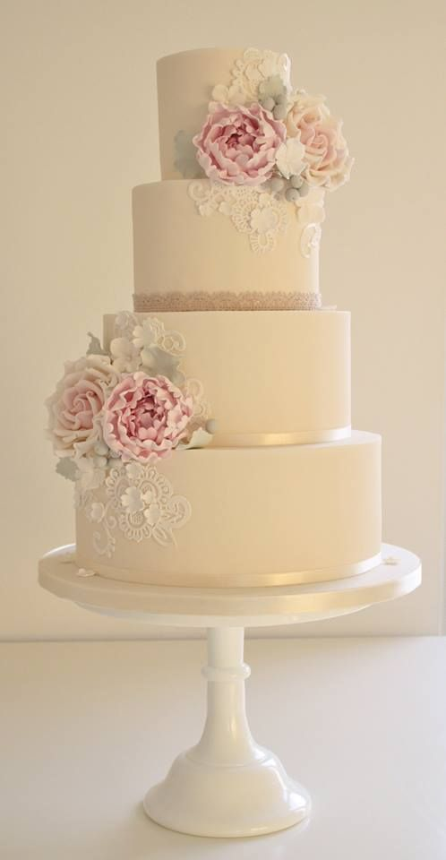 Gyönyörű esküvői torta virágokkal és csipkés díszítéssel http://www.eskuvoifrizura.hu/