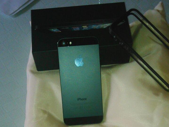 iPhone 5 en color negro, con una memoria de 32GB, libre y aun en garantía.  http://www.smart-used.com/producto/venta-iPhone-iPhone5-iPhone5-32GB-Negro-LIBRE-1861